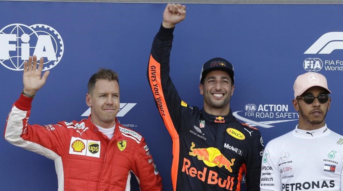 Daniel Ricciardo, entre Sebastian Vettel y Lewis Hamilton, en el podio del sábado en Mónaco.