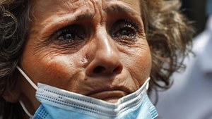 La madre de una personadesaparecidalloraangustiada mientras espera noticias de los equipos de rescate que trabajan en elpuerto de Beirut.