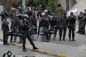 AME8849. CARACAS (VENEZUELA), 04/05/2019.- Vista del despliegue militar en las inmediaciones de la sede del comando general de la Armada Bolivariana, este sábado en San Bernardino, Caracas (Venezuela). El presidente del Parlamento de Venezuela, Juan Guaidó, pidió a la población que marche pacíficamente hacia los cuarteles y pida a los militares que den la espalda al Gobierno de Nicolás Maduro. EFE/ Rayner Peña