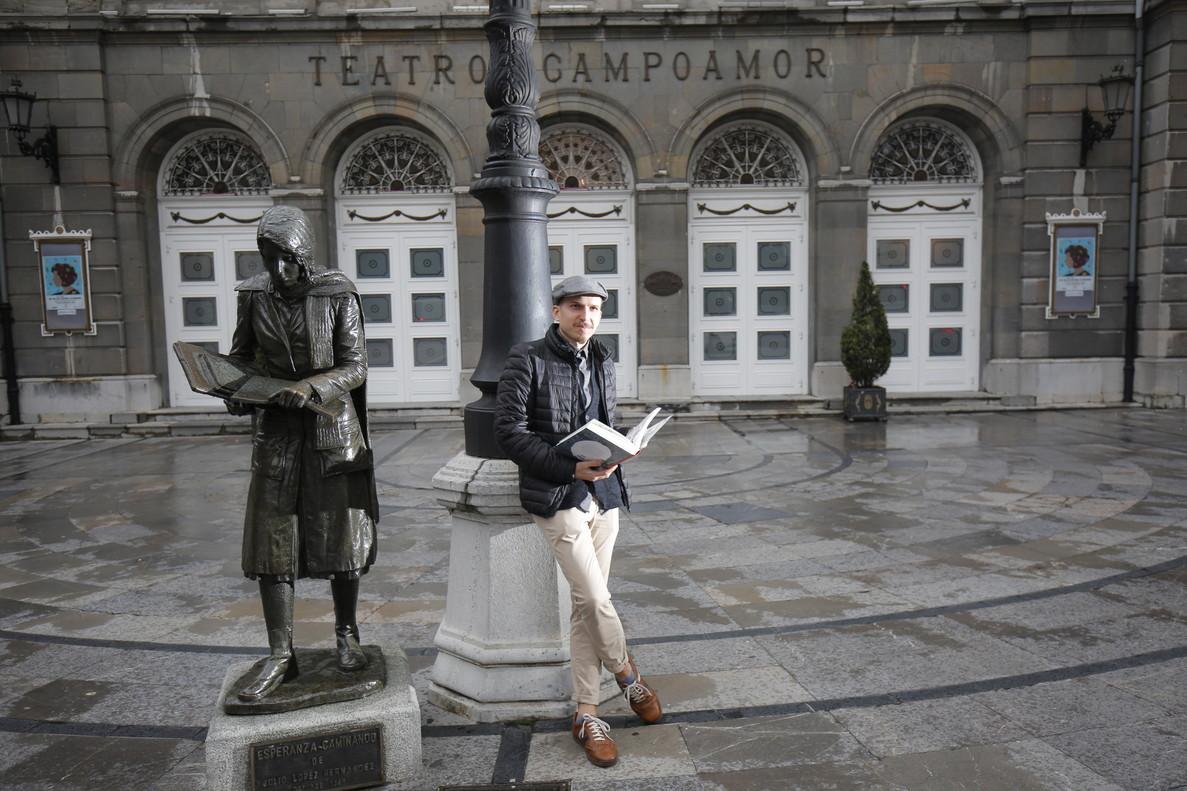 El dibujante Alfonso Zapico, en una de las plazas de Oviedo, donde ha presentado 'La balada del Norte 2', cómic ambientado en la revolución minera de Asturias de 1934.