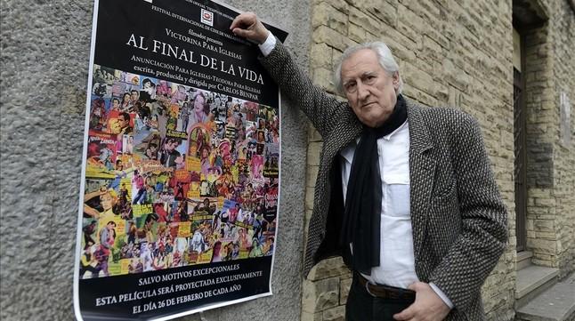 El director Carlos Benpar, con el cartel de Al final de la vida, la película que proyecta cada 26 de febrero.