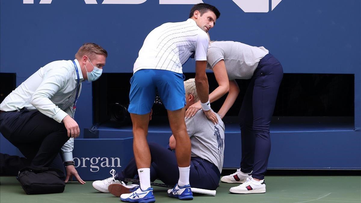 Novak Djokovic se interesa por el estado de la jueza que recibió el pelotazo.