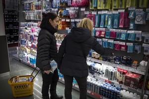 Dos clientas realizan la compra en un supermercado de Barcelona.