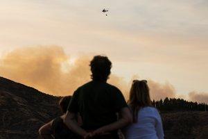 Dos vecinos de Vallesco observan las labores de extinción del fuego.