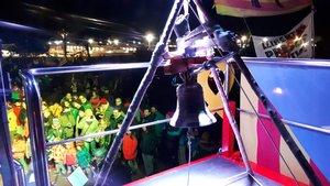 Centenars de persones passen el Cap d'Any davant de la presó de Lledoners