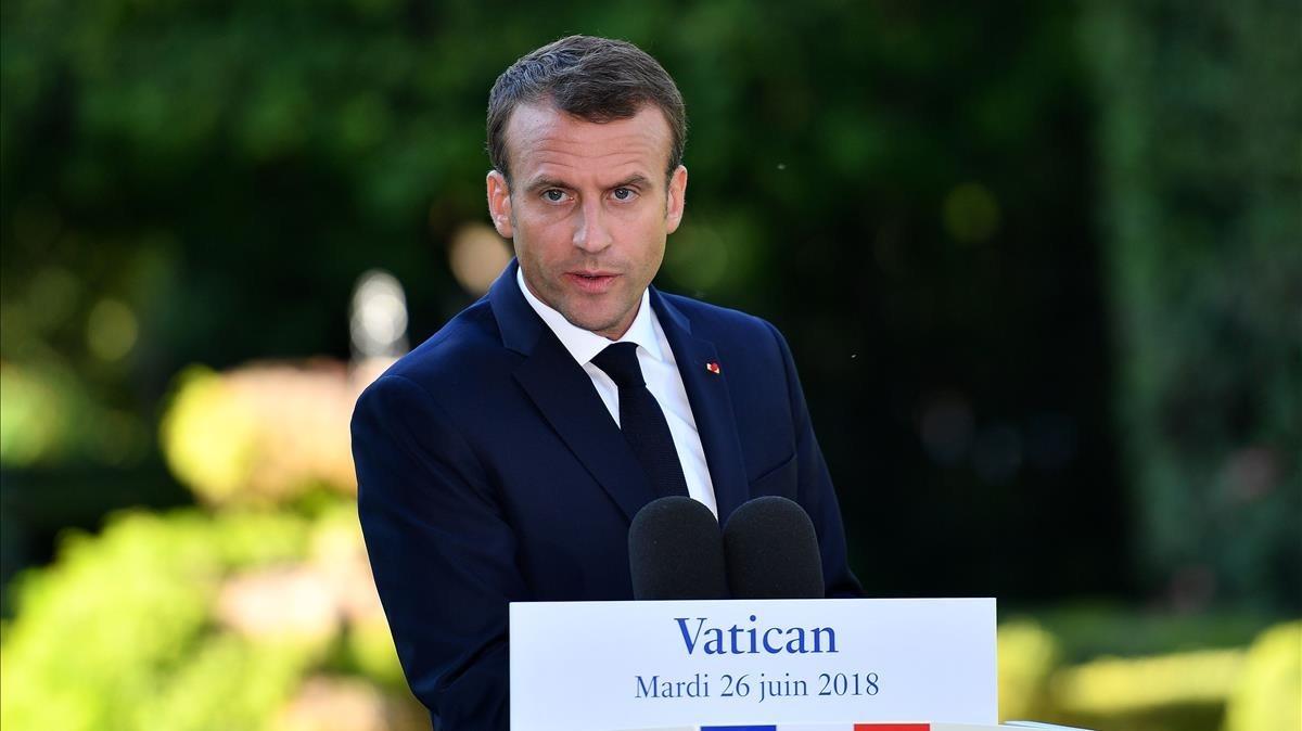 Macron en una rueda de prensa tras reunirse este martes con el papa Francisco en El Vaticano.