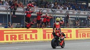 El equipo ruba.it Racing, de Ducati, recibe, encaramado al muro de Chang, en Tailandia, al gran vencedor de la jornada, Álvaro Bautista.