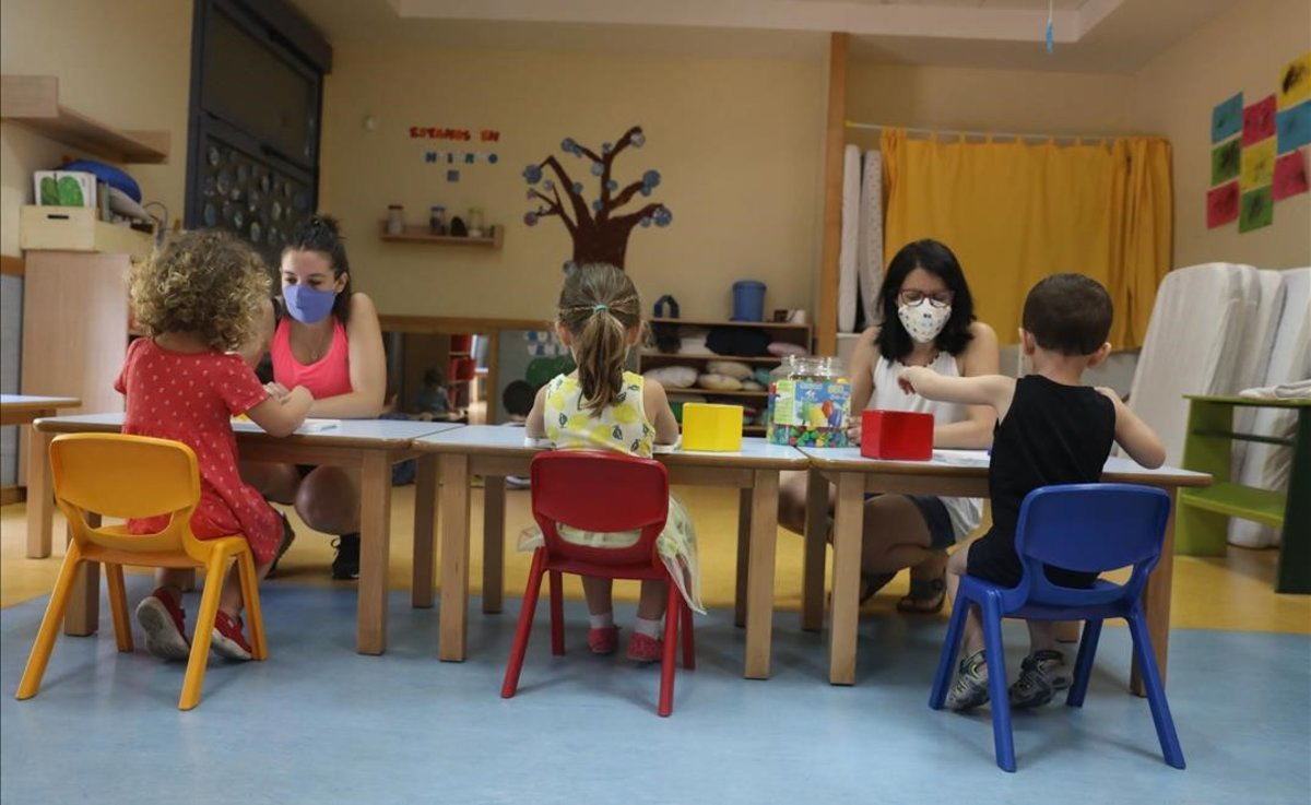 Docentes imparten clase a alumnos de una escuela infantil en Madrid.
