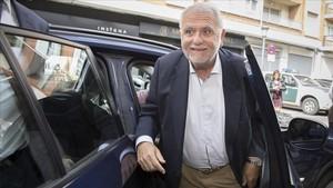 El expresidente de las Corts Juan Cotino, a su llegada al cuartel de la Guardia Civil, este jueves.