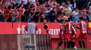 Los jugadores del Girona se abrazan tras marcar un gol al Madrid.