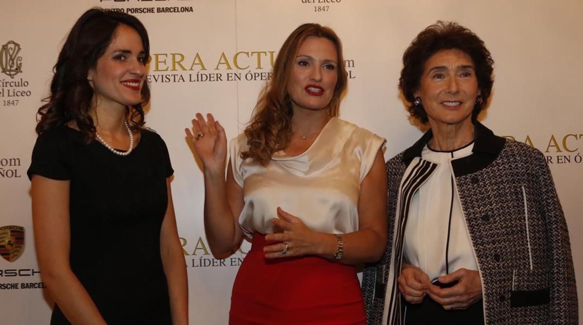 Elena Sancho Pereg (izquierda), junto a Ainhoa Arteta y Paloma O'Shea (derecha), premiadas por la revista Ópera Actualeste martesen el Cercle del Liceu.