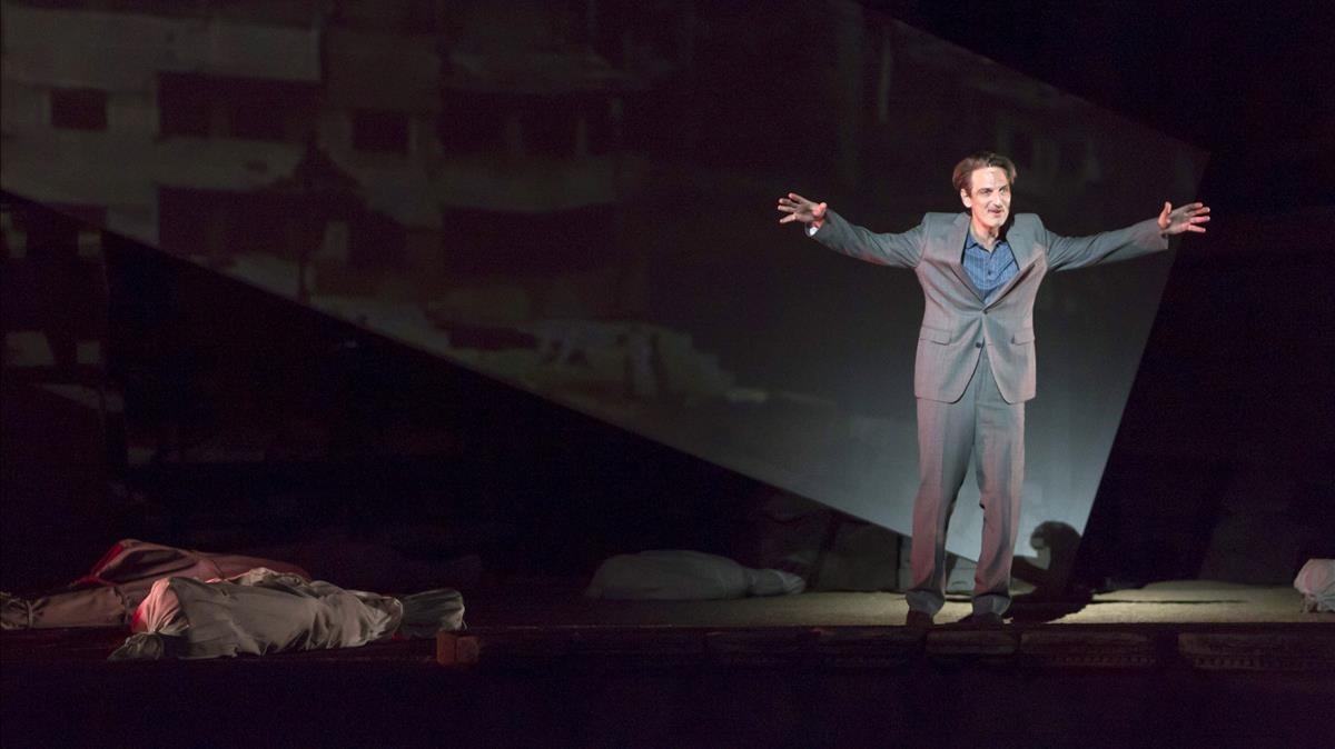 Ernesto Alterio, en otra escena de 'Troyanas', de Eurípides, dirigida por Carme Portaceli.