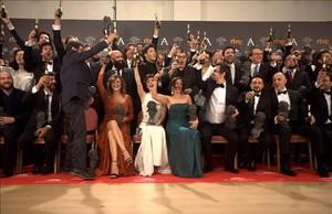 Foto defamilia de los premiados en la gala de los Goya que se celebró este sábado por la noche.