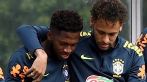 Fred junto a Neymar en un entrenamiento de la selecicón de Brasil en Londres.