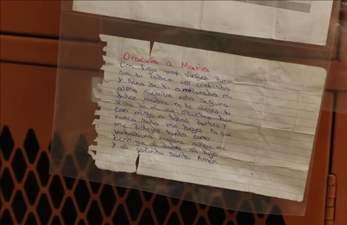 Uno de los inmigrantes llevaba encima una oración a María. Otros llevan estampas, cartas o fotos de sus seres queridos.