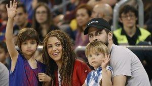 Gerard Piqué y Shakira con sus hijos Milan y Sasha en el Palau Blaugrana, el año pasado.
