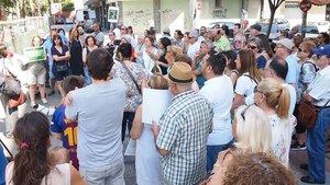 Un grupo de vecinos protesta por la tala de los árboles de la Rambleta, el pasado sábado