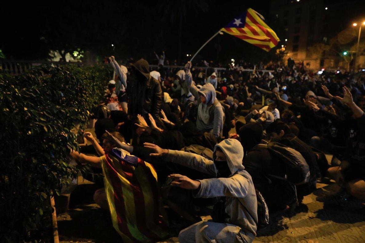 Grupos de manifestantes ante la Conselleria de Interior.