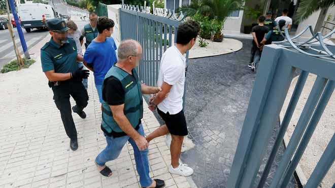 La Guardia Civil registra el apartamento de Benidorm donde tuvo lugar la supuesta violación grupal a una joven.