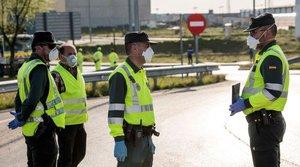 Guardias civiles provistos con mascarillas ante la pandemia de coronavirus.
