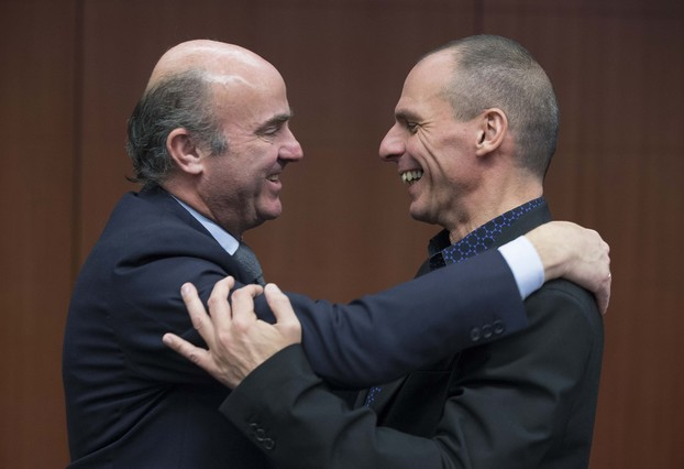 SGuindos pone su brazo por encima de Varoufakis.