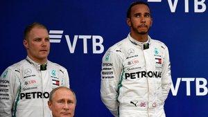Hamilton gana en Sochi en una carrera marcada por las órdenes de equipo.