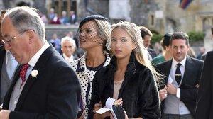 Kate Moss y su hija Lila Grace, a su llegada a la boda de Eugenia de York y Jack Brooksbank.