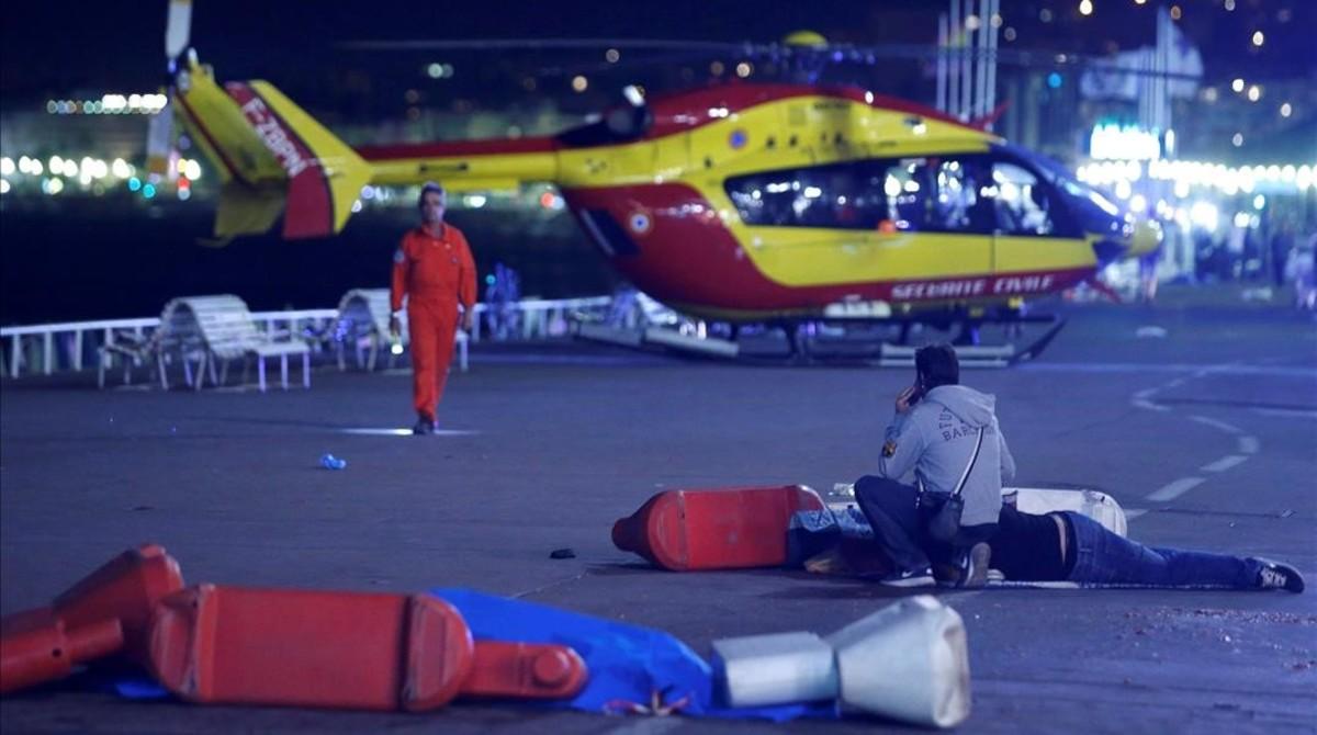 Un hombre herido en el suelo, después del ataque en Niza, el 14 de julio.
