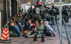 La policía de Hong Kong realiza detenciones de estudiantes universitarios.