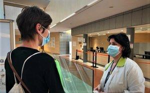 Personal d'infermeria orienta els pacients de Consultes Externes de l'Esperit Sant de Santa Coloma