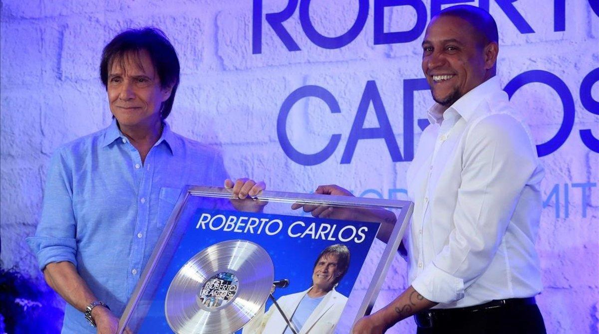 El cantante Roberto Carlos y el exfutbolista Roberto Carlos, en el acto de este lunes en Madrid.