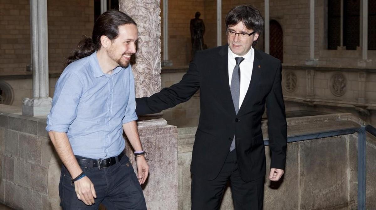 El 'president' Carles Puigdemont y el líder de Podemos, Pablo Iglesias, en el Palau de la Generalitat.