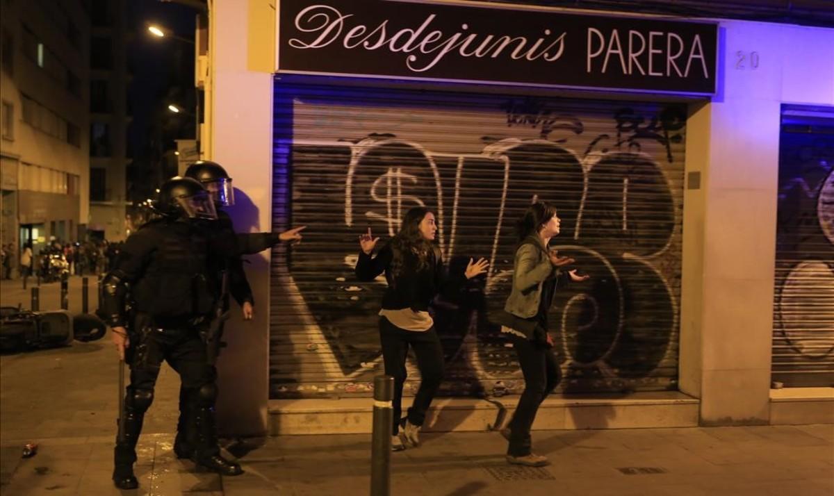 La policía ha actuado con contundencia en el barrio de Gràcia.