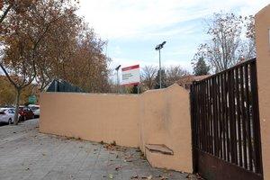 Puerta principal del Centro de Menores de Hortaleza donde la policía investiga el lanzamiento de una granada al patio del mismo, en Madrid (España), a 4 de diciembre de 2019.