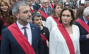 Jaume Collboni y Ada Colau, cruzando la plaza de Sant Jaume.