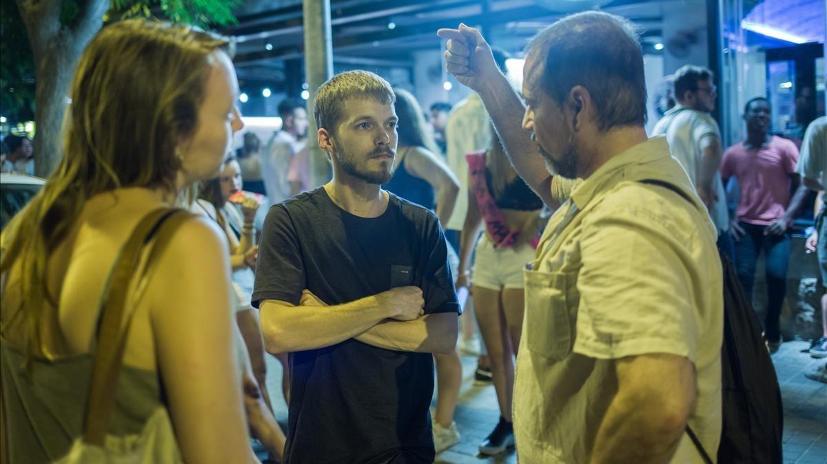 El coordinador de mediadores Chema Montorio, a la derecha, charla con dos jóvenes en Castelldefels.
