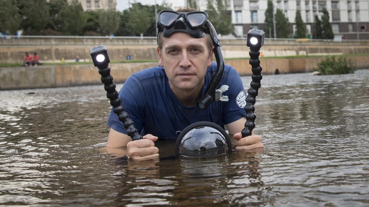 Perpiñán, con su equipo de filmación en el río Besòs.