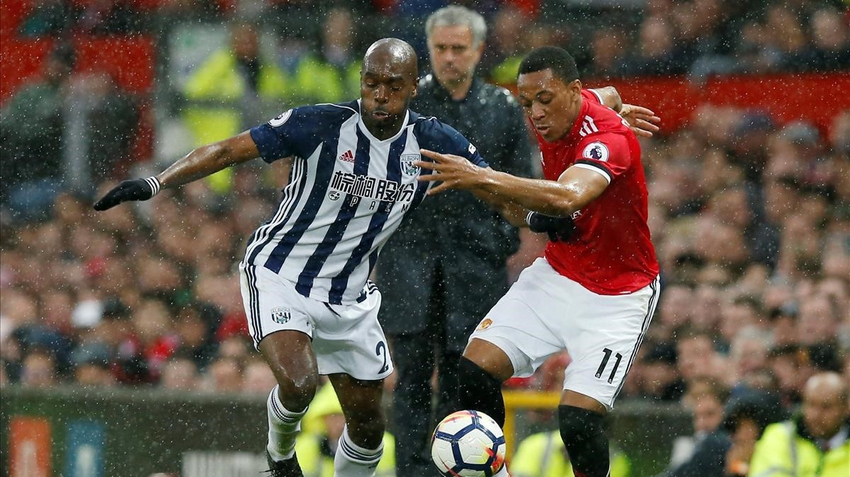 Mourinho observa una jugada del partido entre el Manchester United y el West Brom.