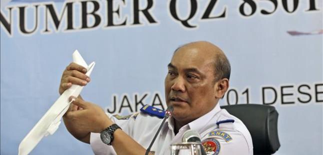 El jefe del comité de seguridad aérea indonesio, Soerjanto Tjahjono, sostiene un modelo de avión durante la conferencia de prensa sobre la investigación, este martes.