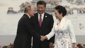 Xi Jinping (centro) y su esposa, Peng Liyuan, dan la bienvenida al presidente ruso, Vladímir Putin, en Xiamen, el 4 de septiembre.