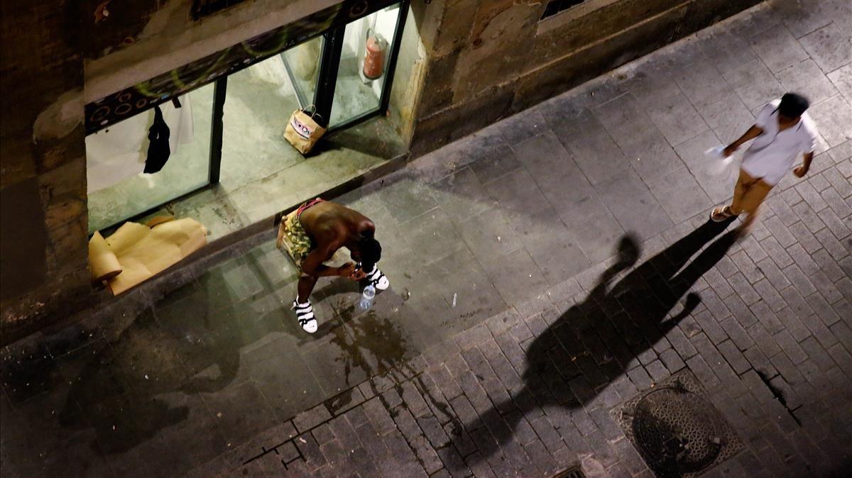 Bajode la calle de Cardona (Raval) ocupado por traficantes de droga.