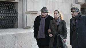 Jordi Montull y su hija Gemma llegando a la Audiencia de Barcelona.