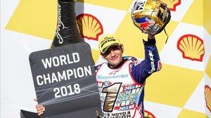 Jorge Martín (Honda) celebra la victoria y el título mundial de Moto3, en Sepang (Malasia).
