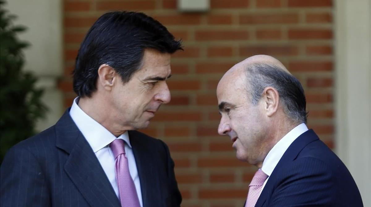 El exministro de Industria José Manuel Soria y el titular de Economía, Luis de Guindos.