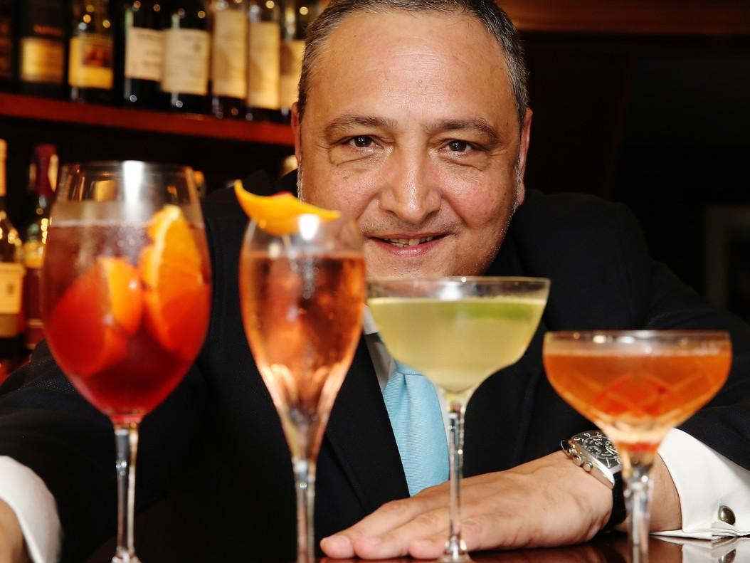 Josep Maria Gotarda, dueño de Ideal Cocktail Bar, con cuatro cócteles con cava: de izquierda a derecha, Sbagliato,Promise, French 75 y Classic cóctel de cava.