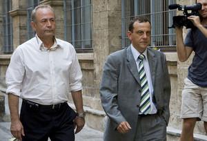 El juez Castro (izquierda) y el fiscal Horrach, ante los juzgados de Palma, en una imagen de archivo.
