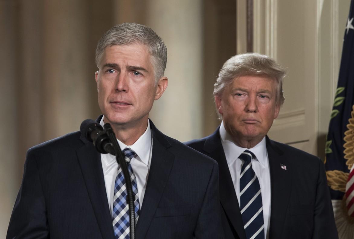 El juez Neil Gorsuch, junto a Trump, tras el anuncio de su nominación al Supremo, el martes en la Casa Blanca.