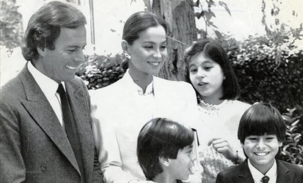 Julio Iglesias, con Isabel Preysler y sus hijos, Chabeli, Julio José y Enrique, en 1984.