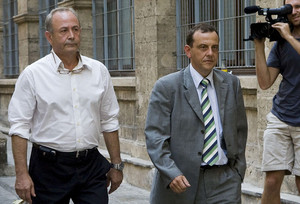 El jutge Castro (esquerra) i el fiscal Horrach, davant els jutjats de Palma, en una imatge d'arxiu.