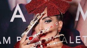 Lady Gaga muestra su nuevo 'nail art' en la presentación de su colección de sombras de ojos.
